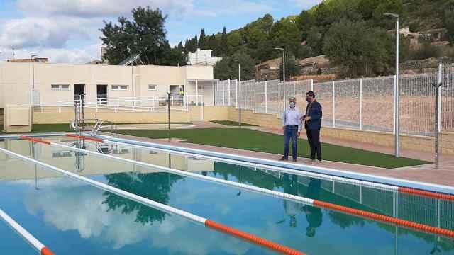 ·         El diputado Javier Gutiérrez visita la nueva piscina municipal, ejecutada  con un presupuesto de 480.000 euros.