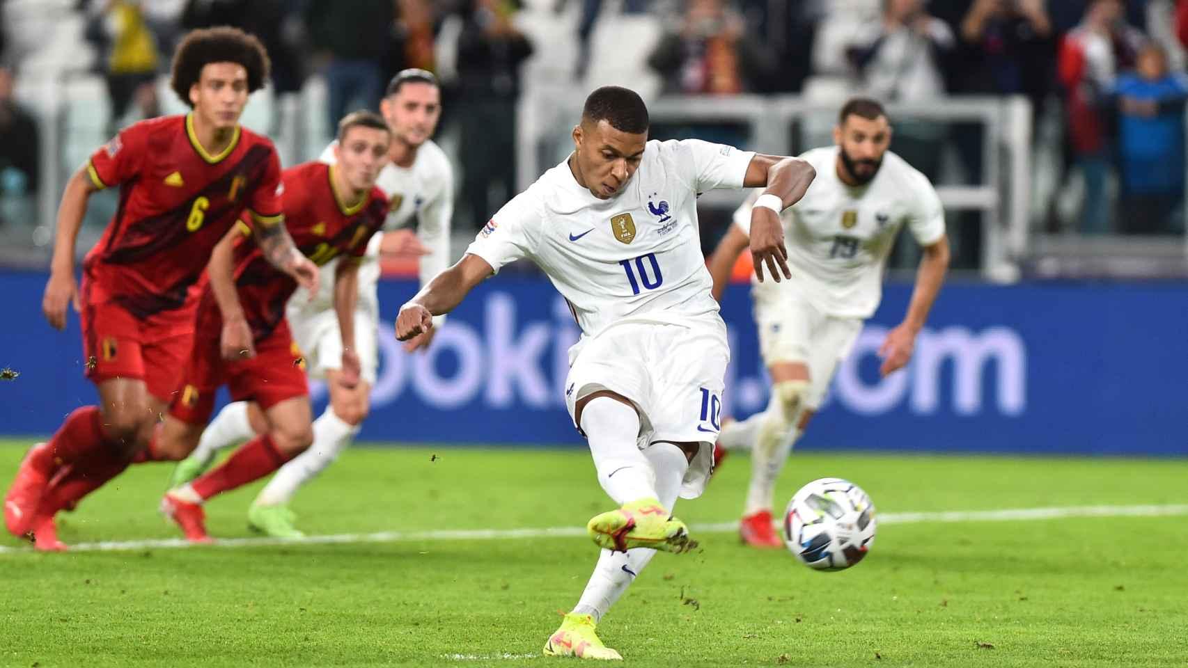 Kylian Mbappé tira el penalti durante el Bélgica - Francia