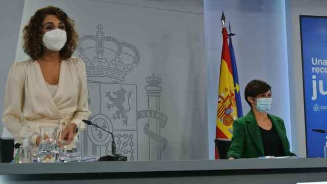 María Jesús Montero, ministra de Hacienda, junto a la portavoz del Gobierno, Isabel Rodríguez.