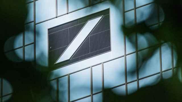 Logo de Deutsche Bank en la sede central.