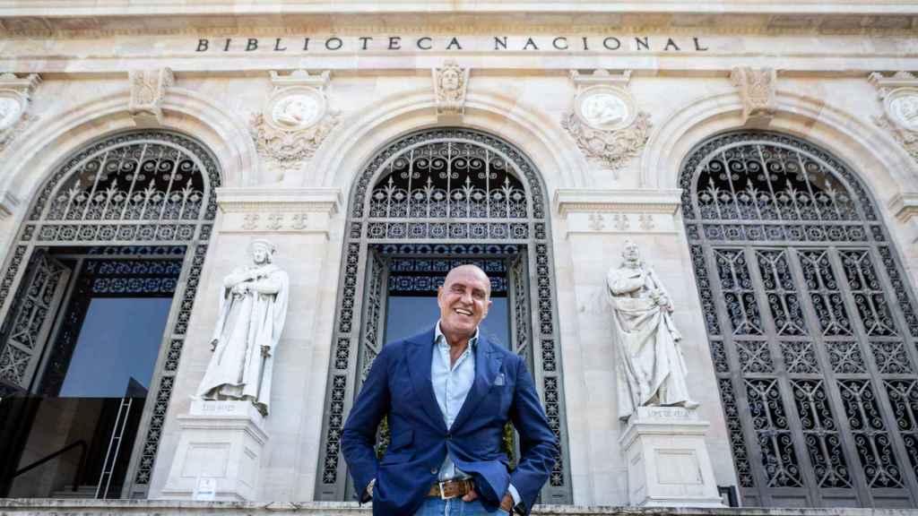 Kiko Matamoros en la puerta de la Biblioteca Nacional de España.
