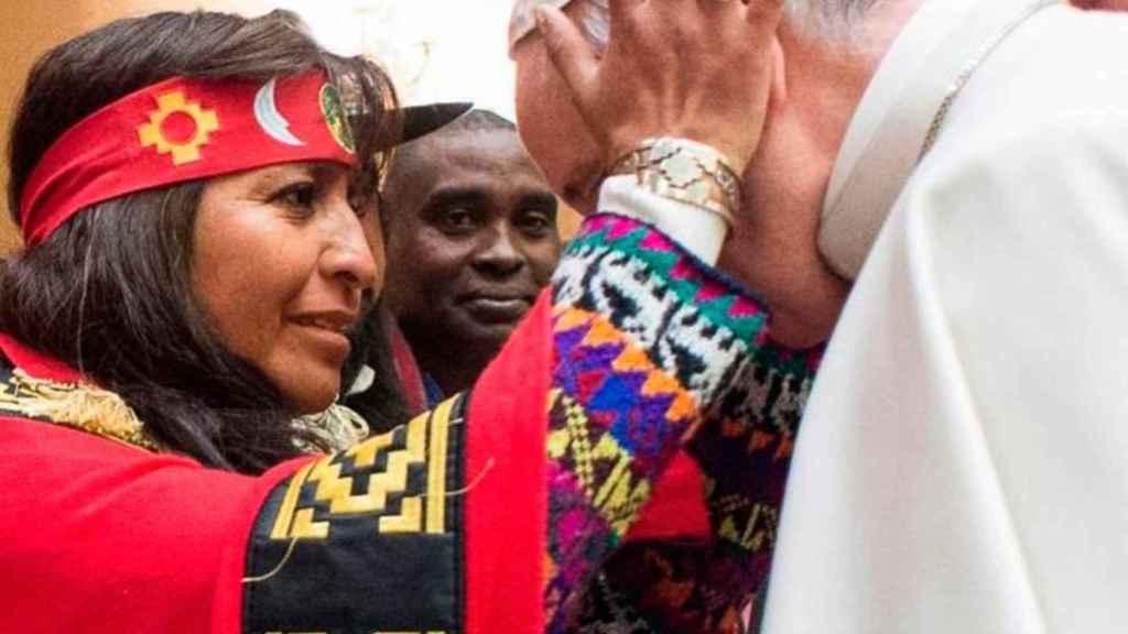 Foto con una indígena mapuche en la plaza de San Pedro.