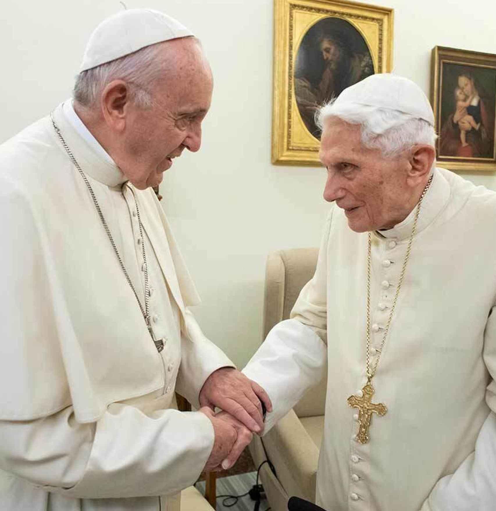 El papa Francisco I y el papa Benedicto XVI.