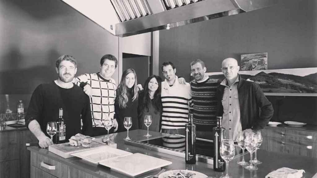 Los siete hijos de Karlos Arguiñano junto en la cocina.