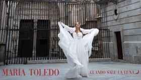 María Toledo ante la Puerta del Reloj de la catedral primada.