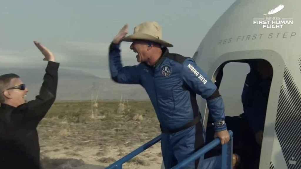 Jeff Bezos, tras su viaje al espacio, con un omega en la muñeca.