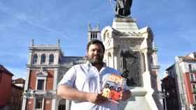 Miguel Ruiz con su libro en la Plaza Mayor de Valladolid