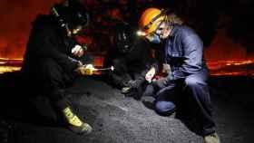 Un equipo de geólogos analizando los depósitos de lapilli del volcán de Cumbre Vieja.