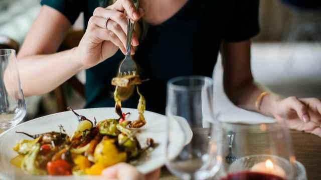 Una mujer come un plato de verduras.