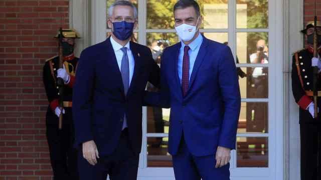 El presidente del Gobierno, Pedro Sánchez, junto al secretario general de la OTAN, Jens Stoltenberg, este viernes en Moncloa. Efe
