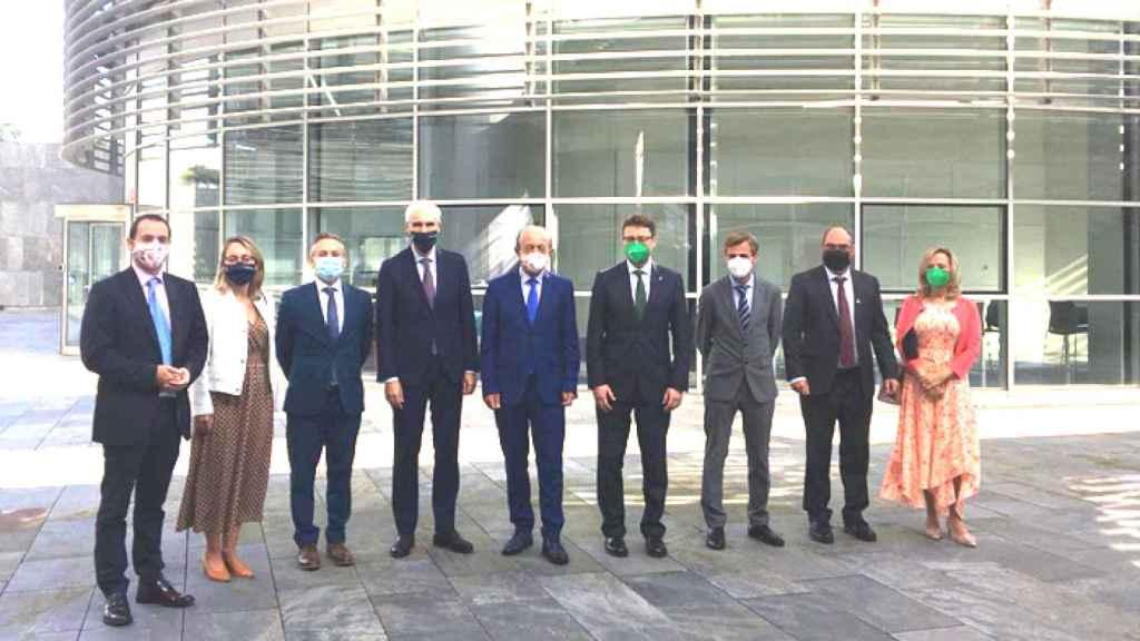 ElLos consejeros Enrique Fernández, Francisco Javier López Marcano y Francisco Conde López, entre otros, tras la firma del protocolo.