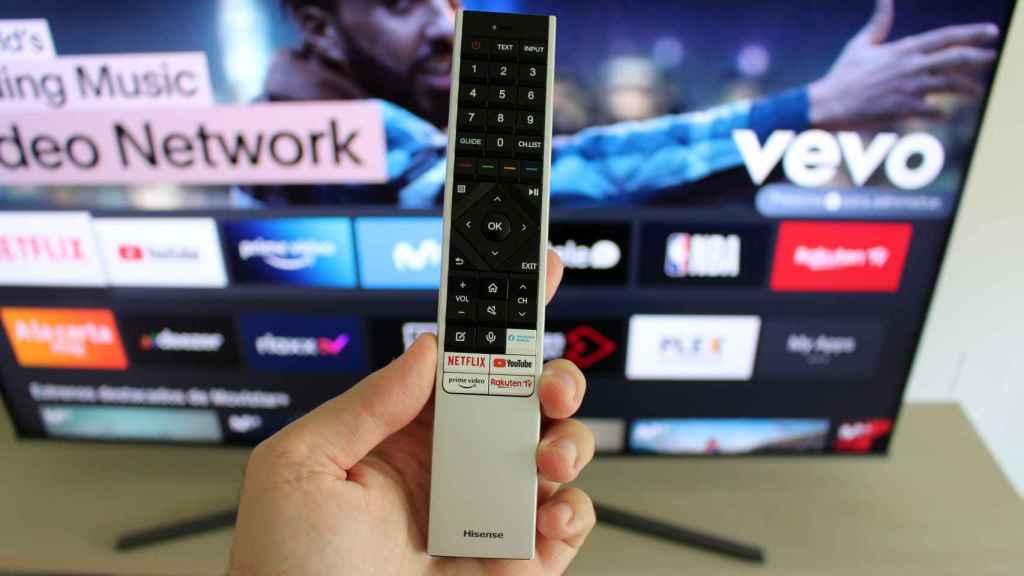 El mando a distancia es elegante, pero algo grande.