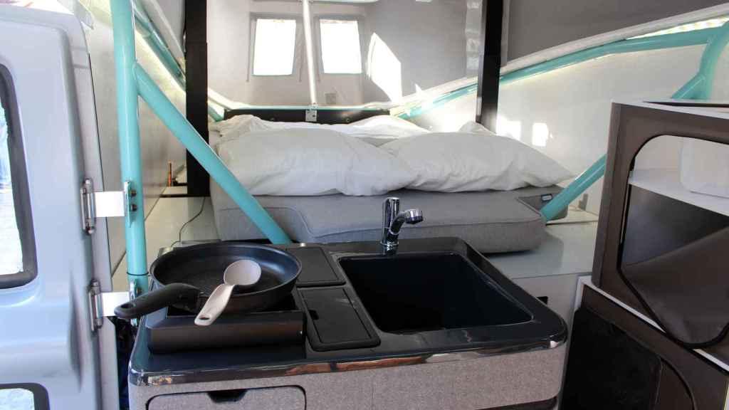 Parte interior de la Stella Vita con la zona de la cama, la cocina y el lavabo.