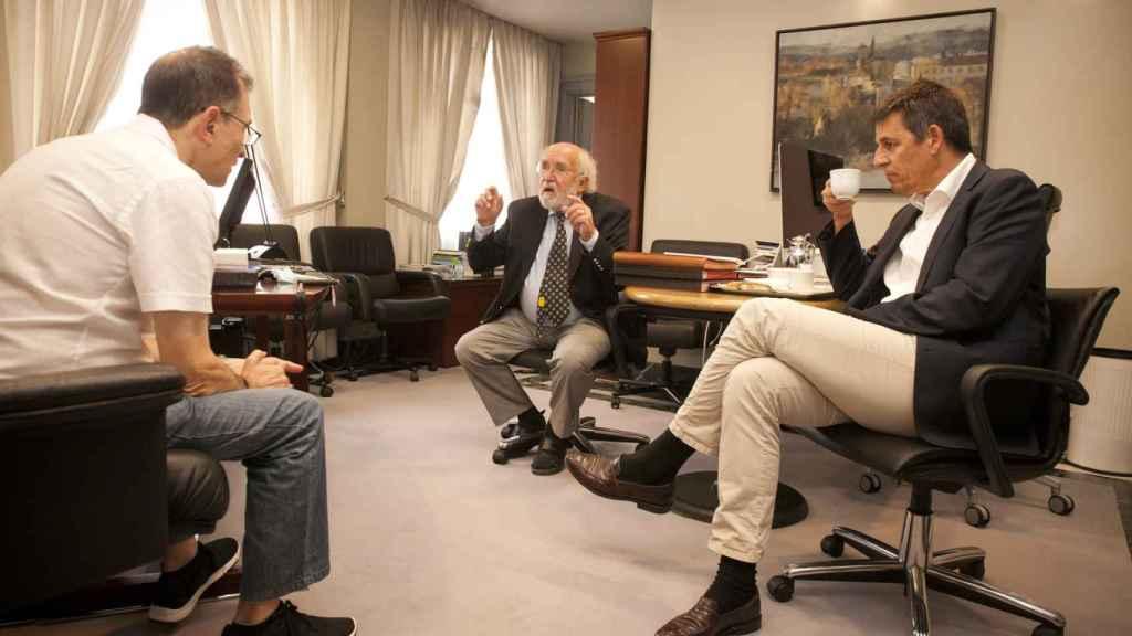 El profesor de la Universidad de Ginebra Michel Mayor y el doctorando Didier Queloz, premios Nobel de Física 2019, junto al periodista de D+I Julio Miravalls.