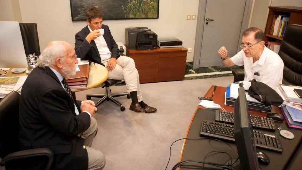 Los dos Premios Nobel de Física 2019, durante la entrevista con Julio Miravalls, periodista de D+I. Foto: F. RAMÓN ARECES.