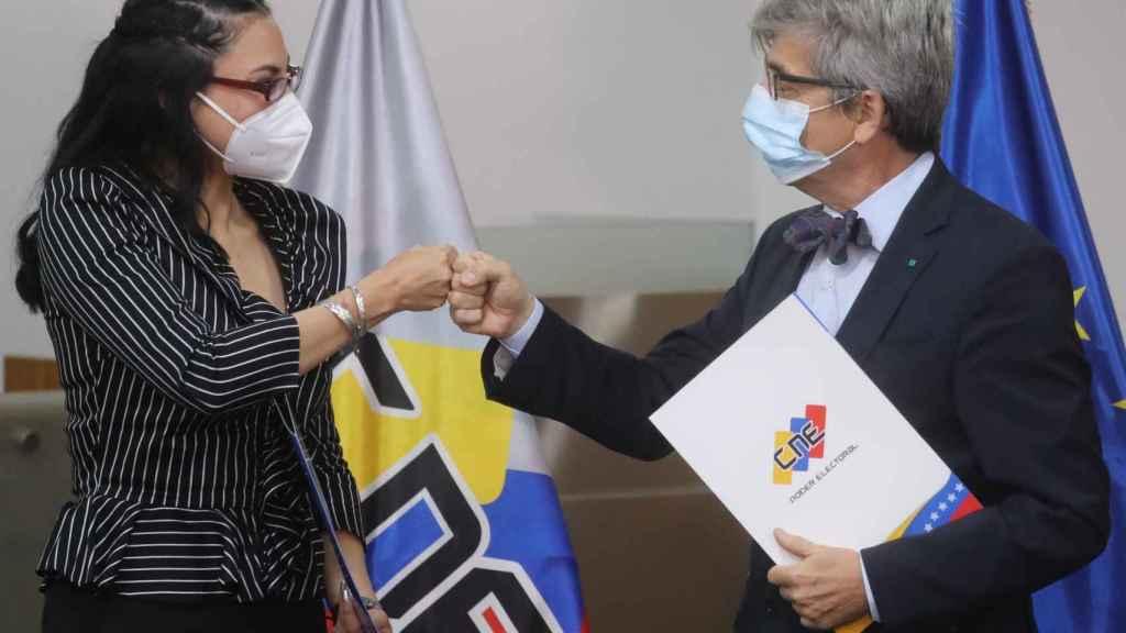 Regzeida González, dirigente del Consejo Nacional Electoral venezolano, junto a Rafael Dochao Moreno, encargado de negocios de la UE en Venezuela.