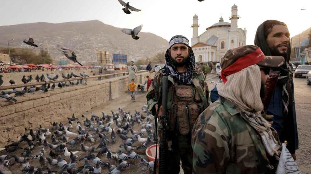 Soldados talibanes patrullando en las calles de Kabul, Afganistán.