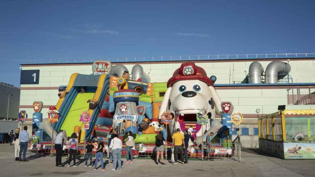 Dentro de la feria de Vox organizada en IFEMA hay un parque temático infantil: piscina de bolas, hinchables, etc.