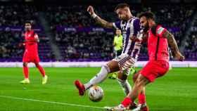 Sergio León pelea un balón contra el Málaga / www.realvalladolid.es