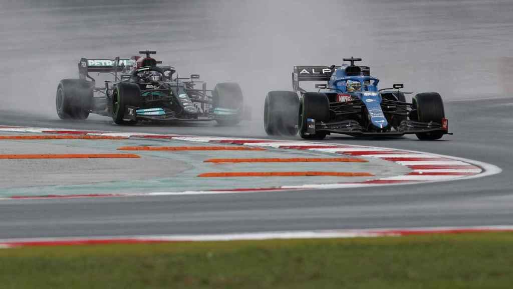 Fernando Alonso por delante de Hamilton en el Gran Premio de Turquía