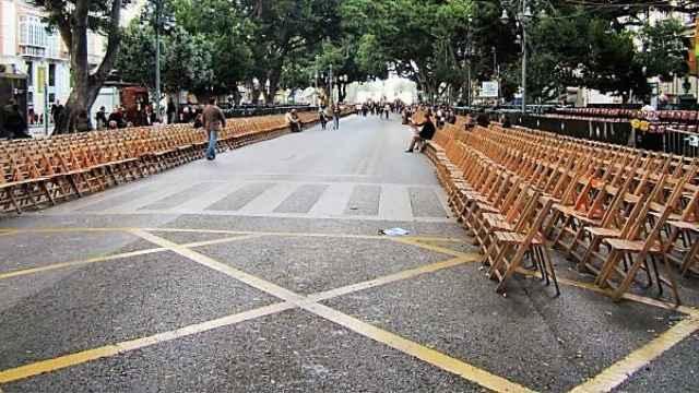 Sillas instaladas en la Alameda en Semana Santa.