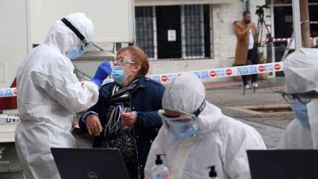 Varios sanitarios realizan PCR en Málaga.