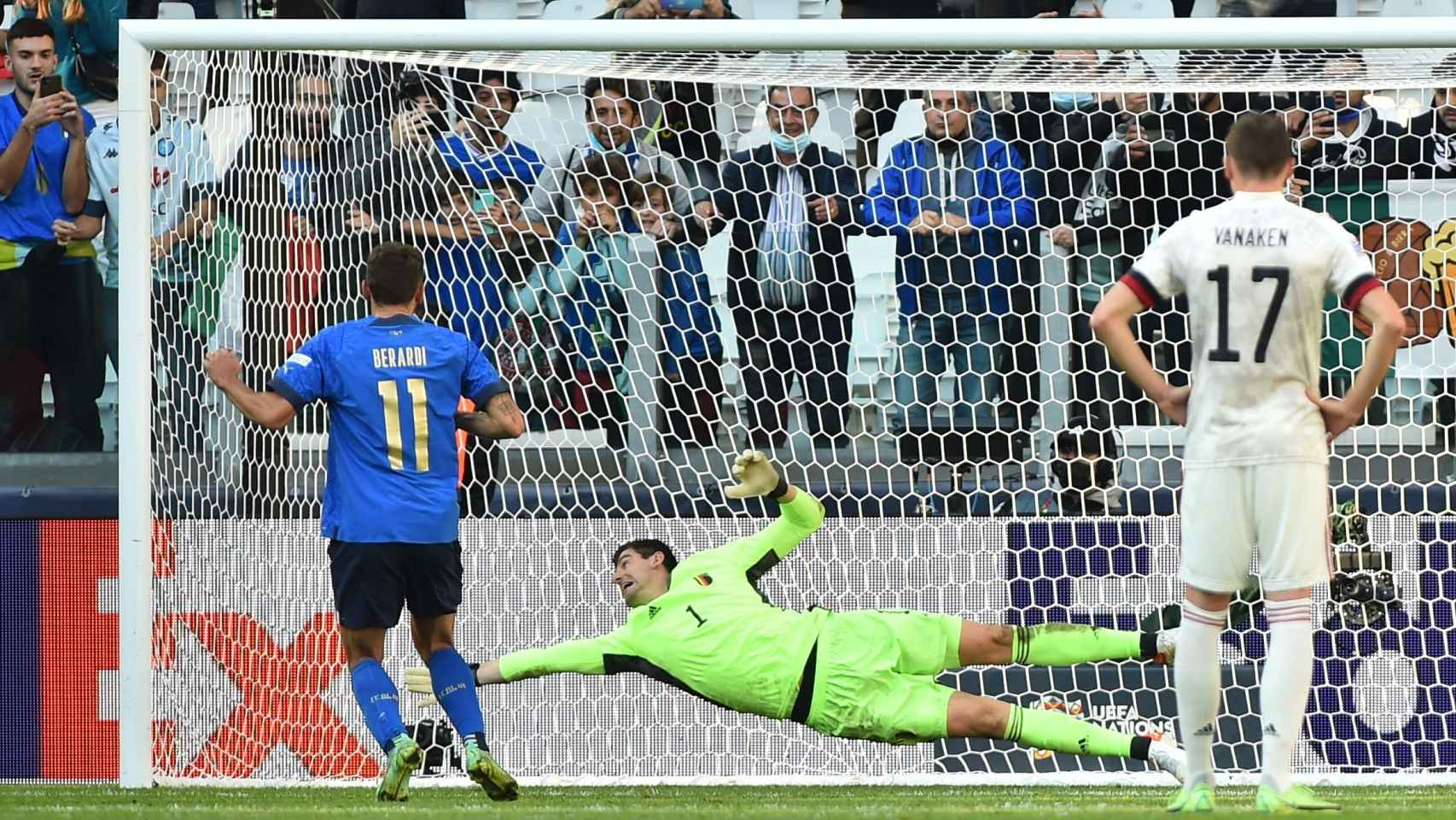 Domenico Berardi tira su penalti durante el Italia - Bélgica
