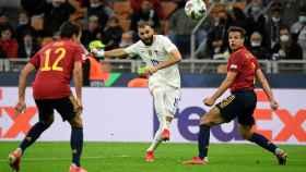 Karim Benzema marca el gol frente a España en la final de la Nations League