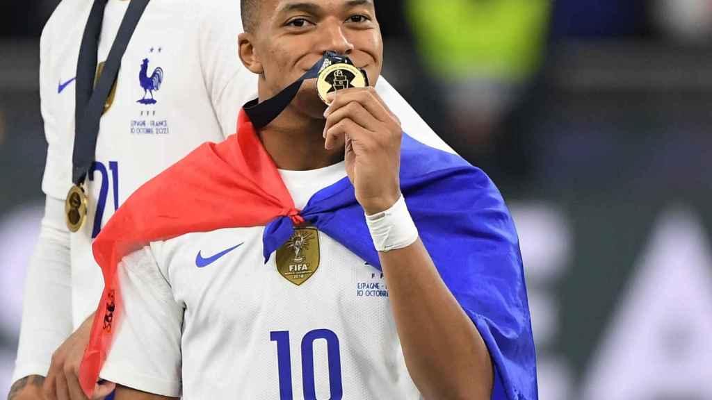 Kylian Mbappé besa la medalla de la Nations League