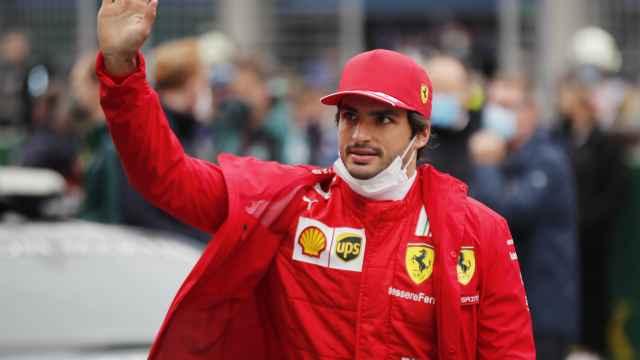 Carlos Sainz saluda al público en el Gran Premio de Turquía