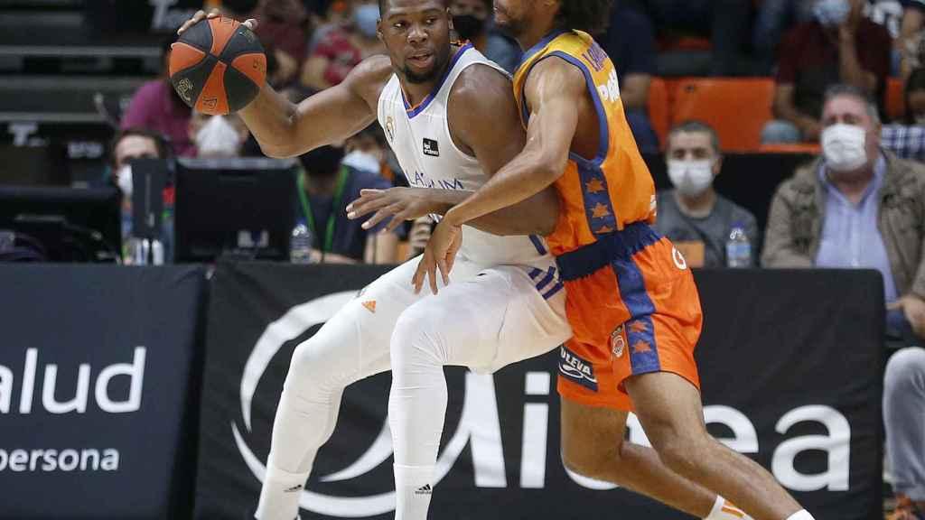 Yabusele pelea un balón en la zona ante Valencia Basket