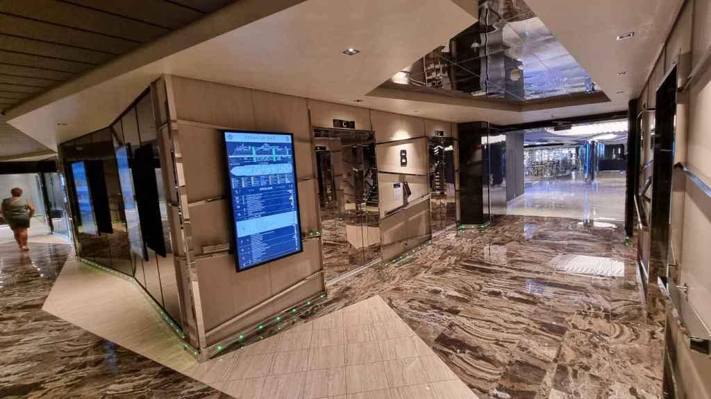 Un pasillo interior, con un plano interactivo del barco. FOTO: Julio Miravalls.