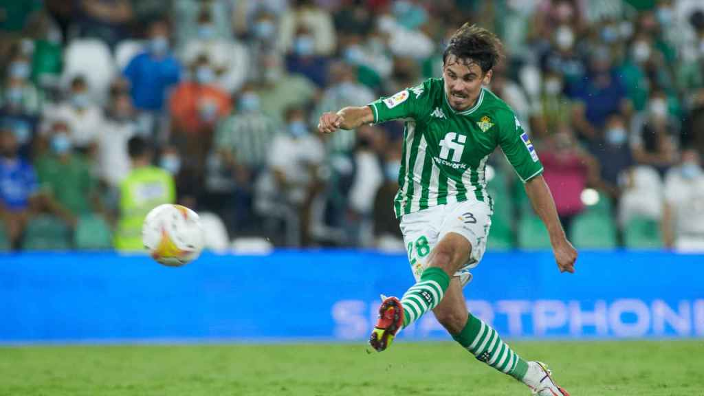 Rodri Sánchez dispara a portería durante un partido del Real Betis