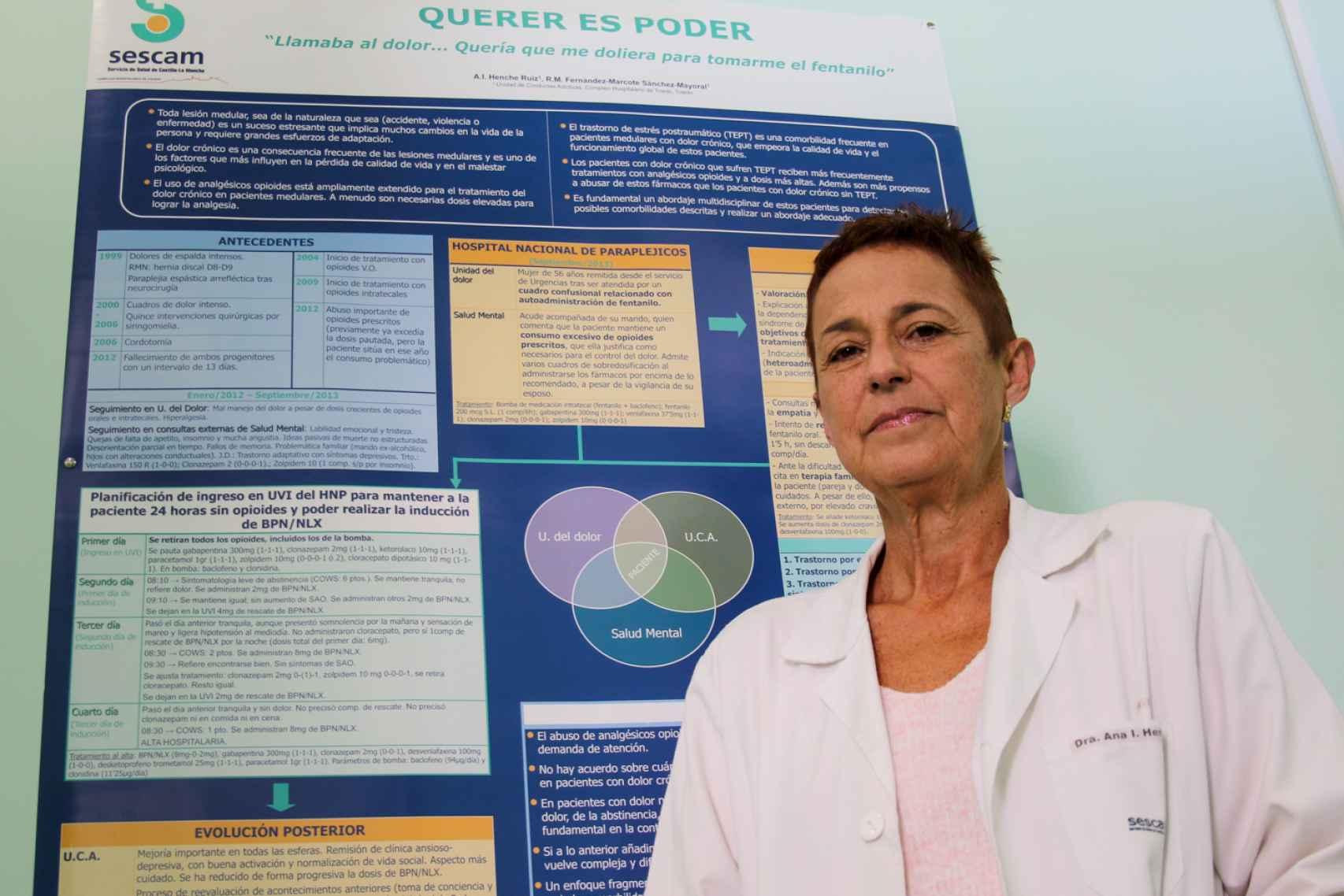 Ana Isabel Henche, con el poster de su primer caso de adicción a los opioides.