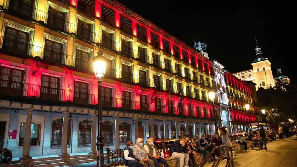 La Plaza de Zocodover de Toledo, iluminada con los colores de la bandera de España. Foto: Ayuntamiento.