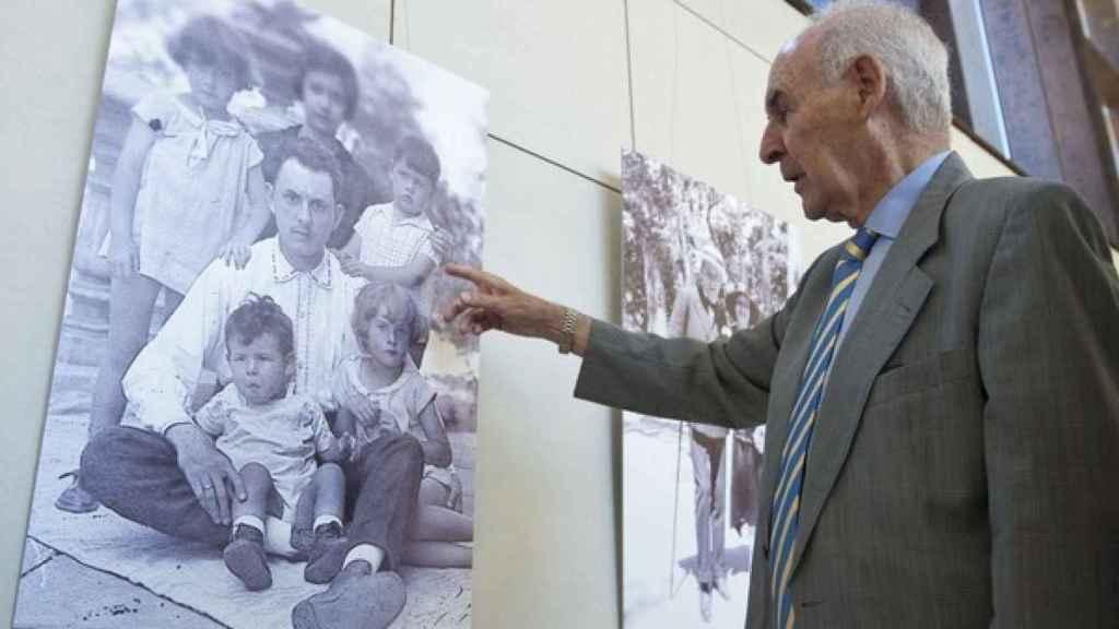 Emiliano Aguirre observa una foto de la exposición en su honor