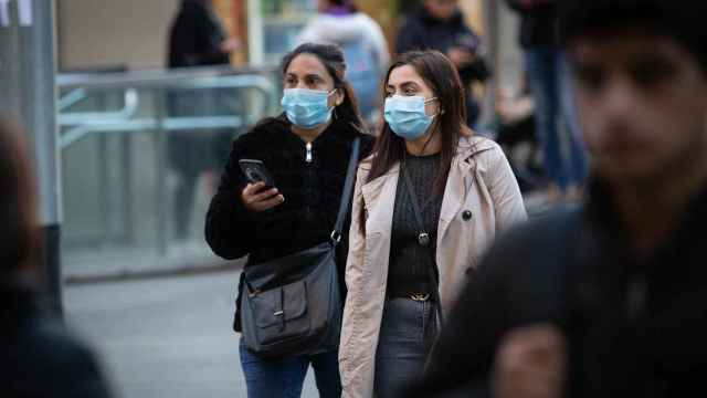 Dos mujeres con mascarilla.