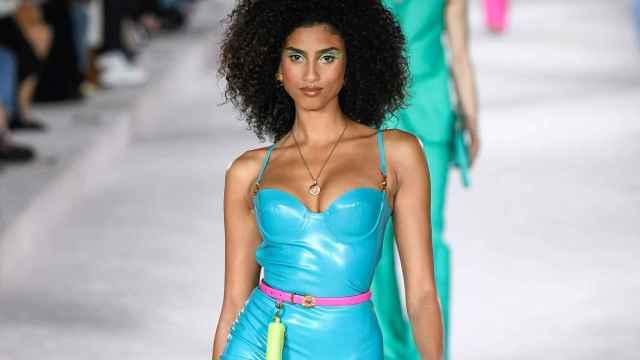 Modelo con el vestido de látex de Versace en su último desfile.