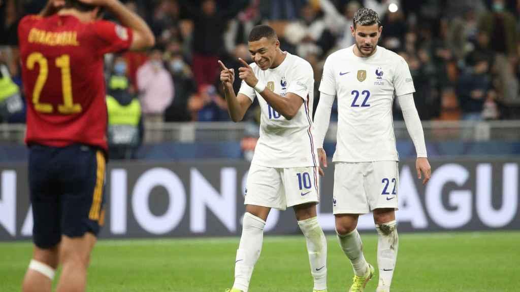 Oyarzabal se lamenta mientras Mbappé celebra el gol de Francia