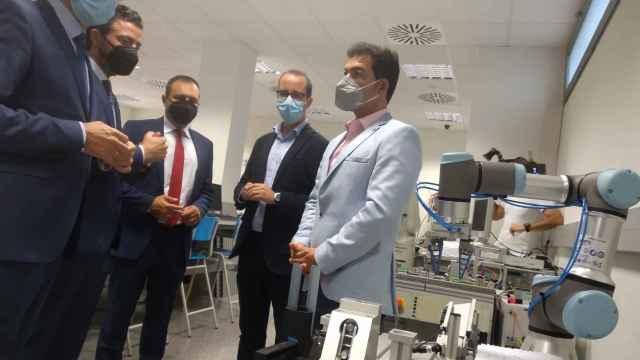 El consejero de Hacienda de Murcia (1i), este lunes, observando un modelo de robot colaborativo.