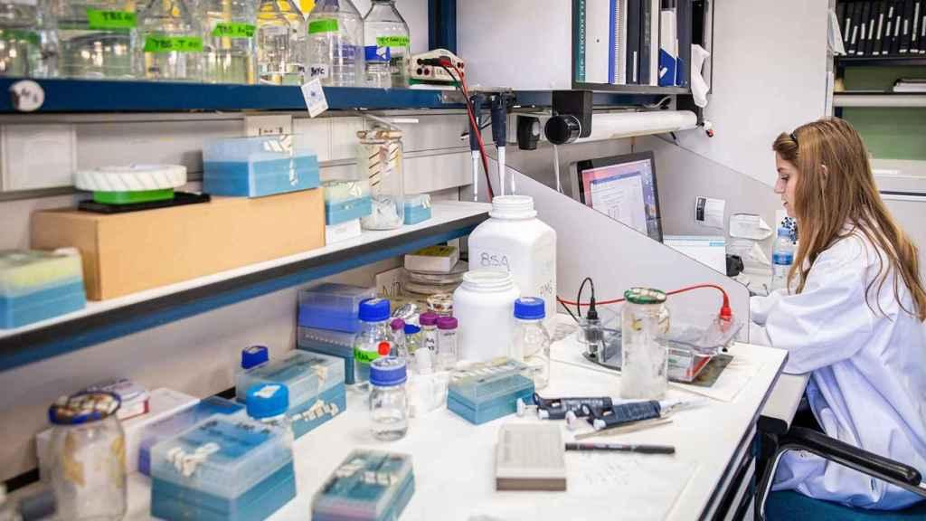 Una joven investigadora en un laboratorio