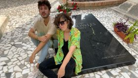 Ángelo Nestoré y Violeta Niebla, directores de Irreconciliables, posan frente a la tumba de Jane Bowles.
