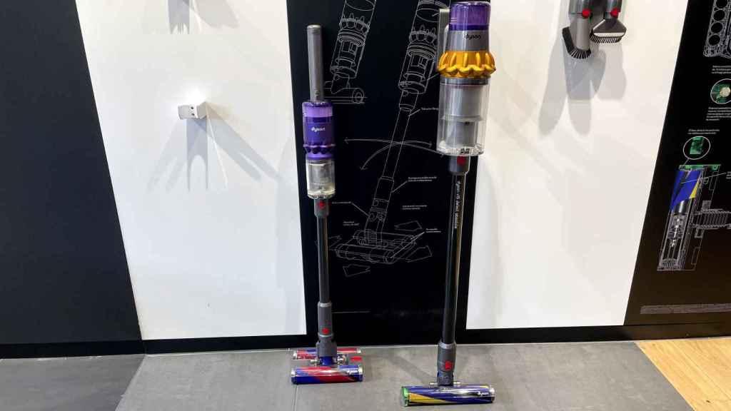 El aspirador Dyson Omni-glide (izquierda) junto con el V15 Detect (derecha).