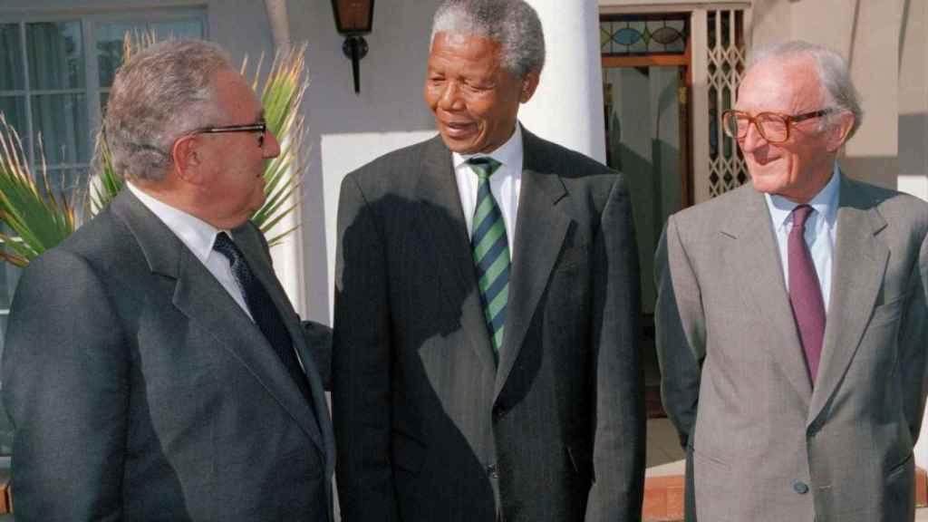 Kissinger con Mandela en 1994, el Premio Nobel debió de cambiar de opinión.