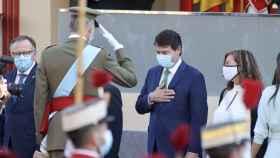 Mañueco saluda al rey en el desfile militar con motivo del 12-O