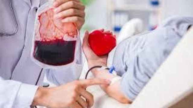 Un ciudadano participa en una campaña de donación de sangre