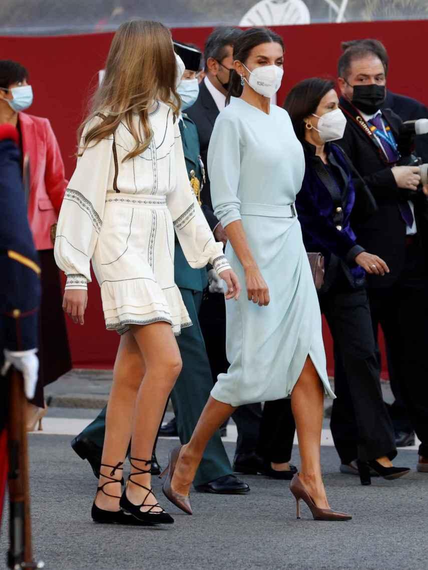 Letizia, impecable con un vestido azul cielo y de falda de tubo que le sienta como un guante