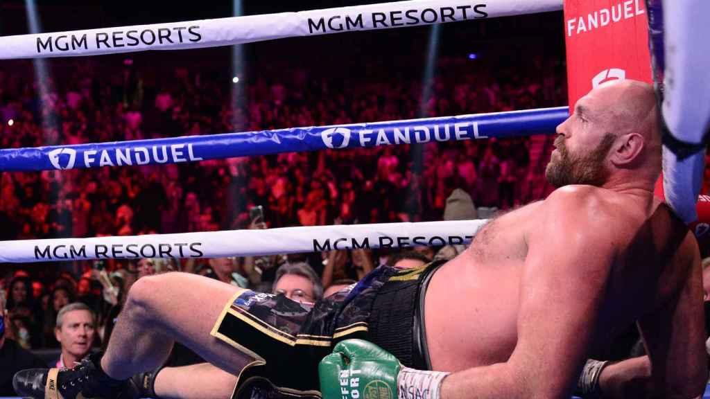 Tyson Fury, tumbado en el cuadrilátero