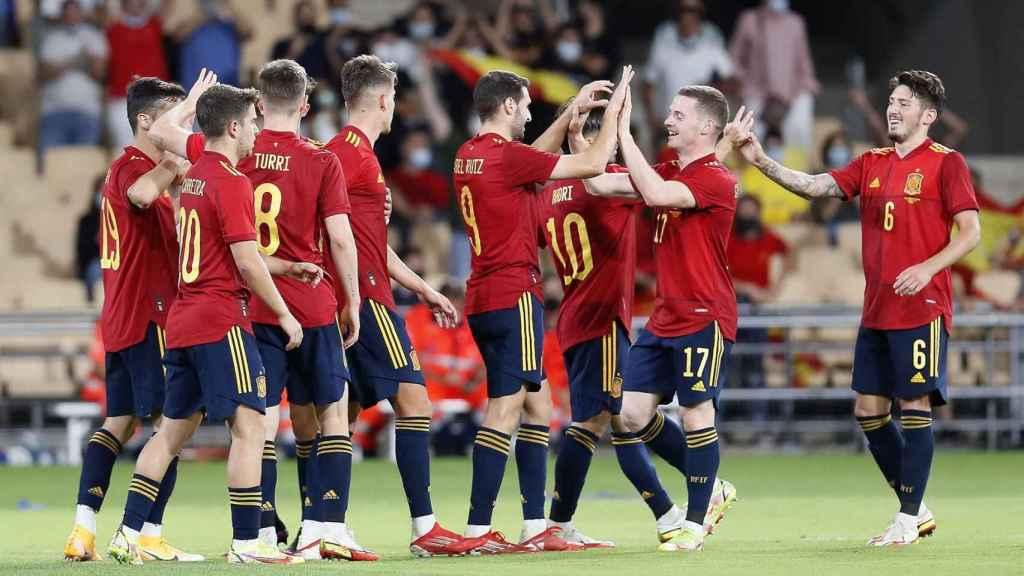 Piña de los jugadores de la selección española sub21 para celebrar el gol de Abel Ruiz
