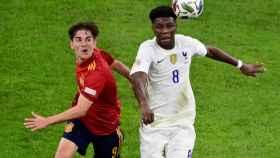 Tchouameni pelea con Gavi un balón en el España - Francia